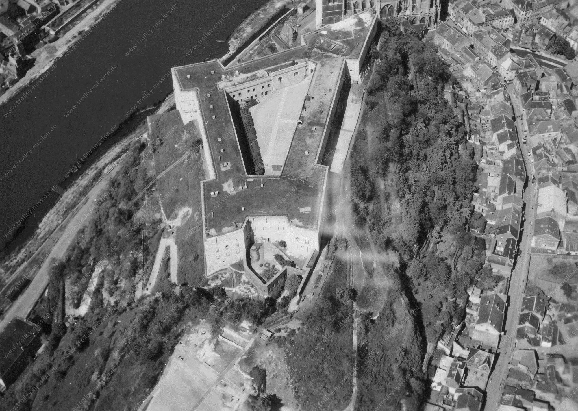 """Fort van Hoei (""""Citadelle de Huy"""") - Luchtfoto Tweede Wereldoorlog"""