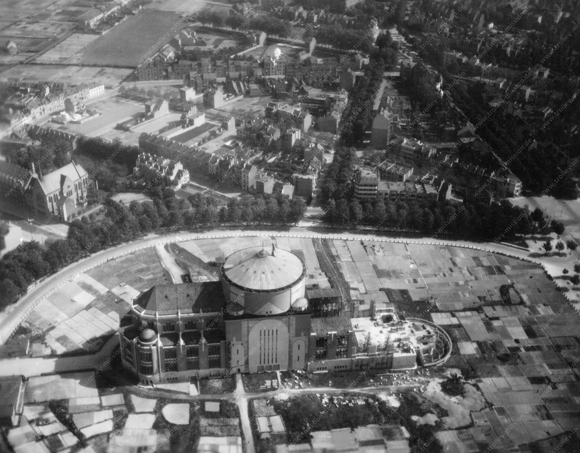 Luchtopname van de Nationale Basiliek van het Heilig Hart (Basiliek van Koekelberg) op mei 1945