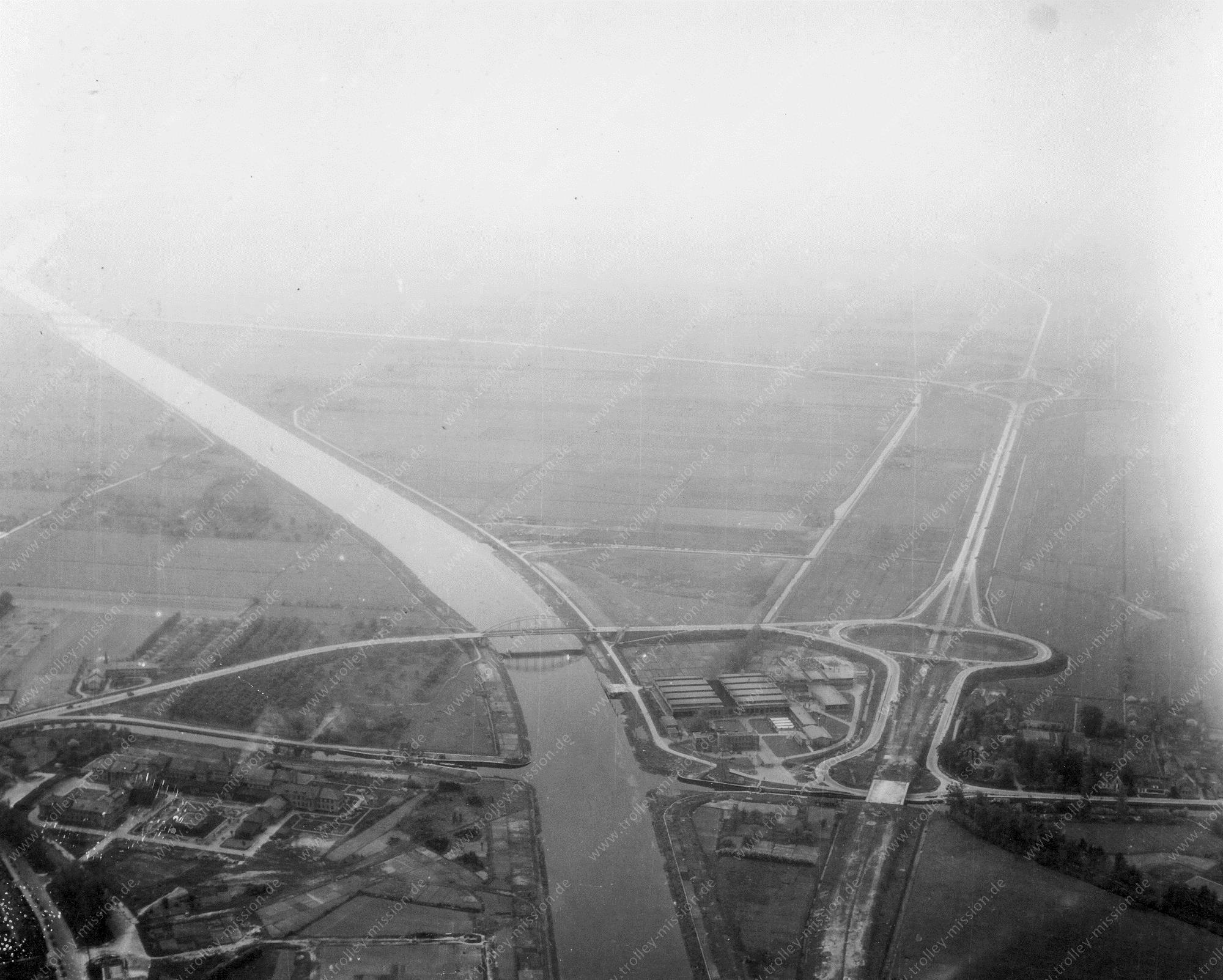 Luchtfoto van het oudste verkeersknooppunt van Nederland: Knooppunt Oudenrijn - Tweede Wereldoorlog 1945