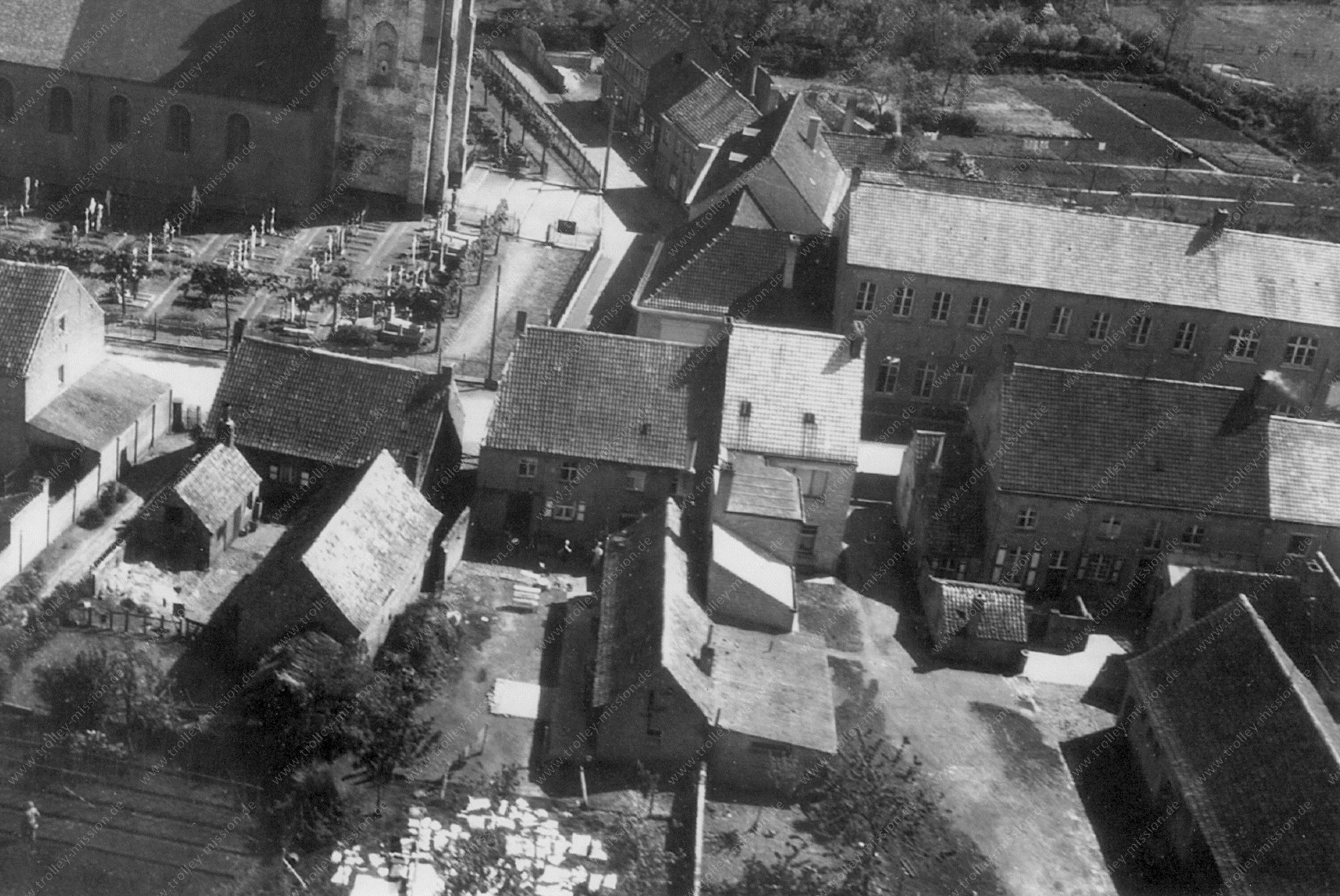 Luchtfoto Sint-Laurentiuskerk, Kerkplein en Kerkhof van Zedelgem (Zilleghem) op 7 mei 1945
