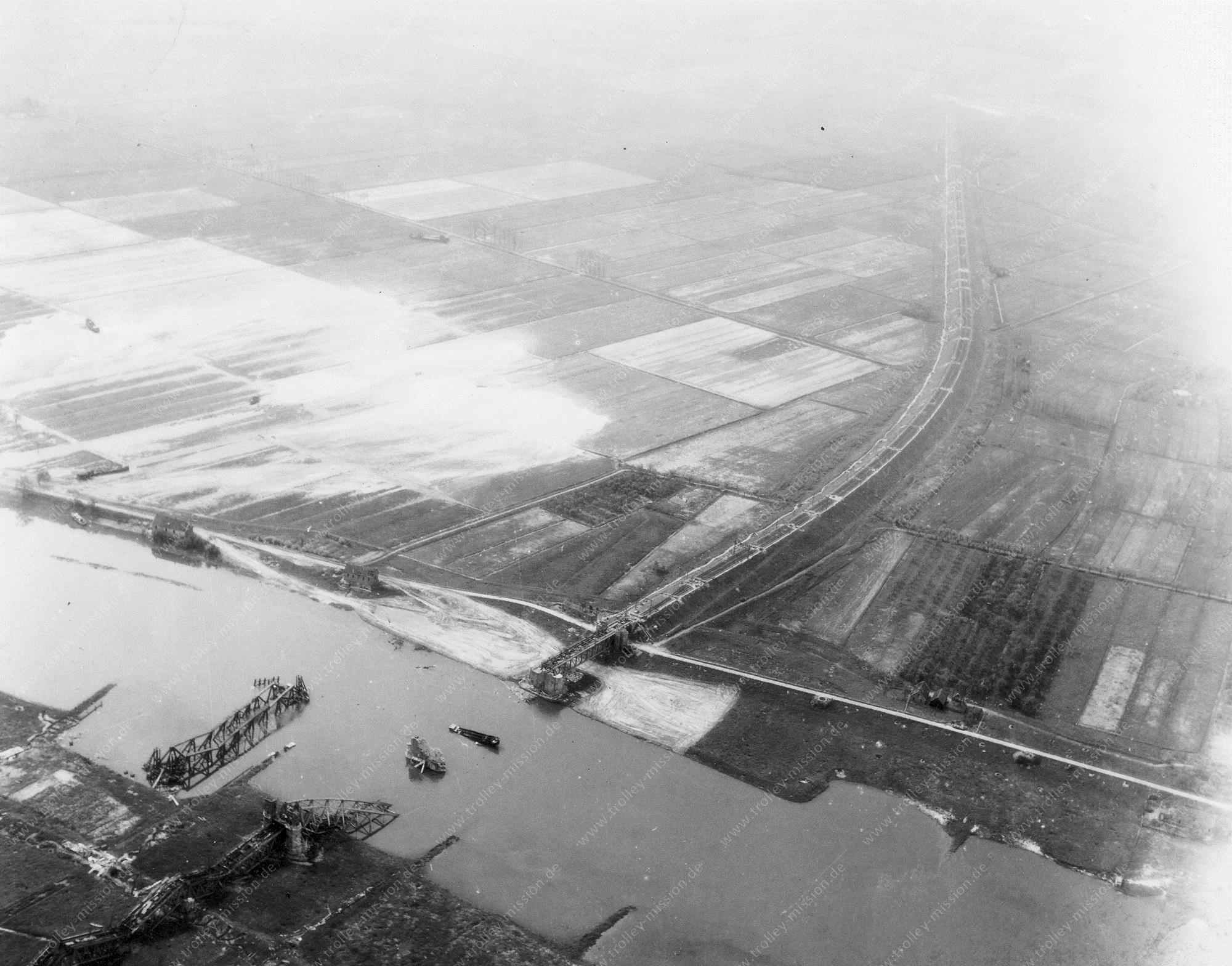 Luchtopname: De vernielde Spoorbrug Oosterbeek over de Nederrijn bij Arnhem