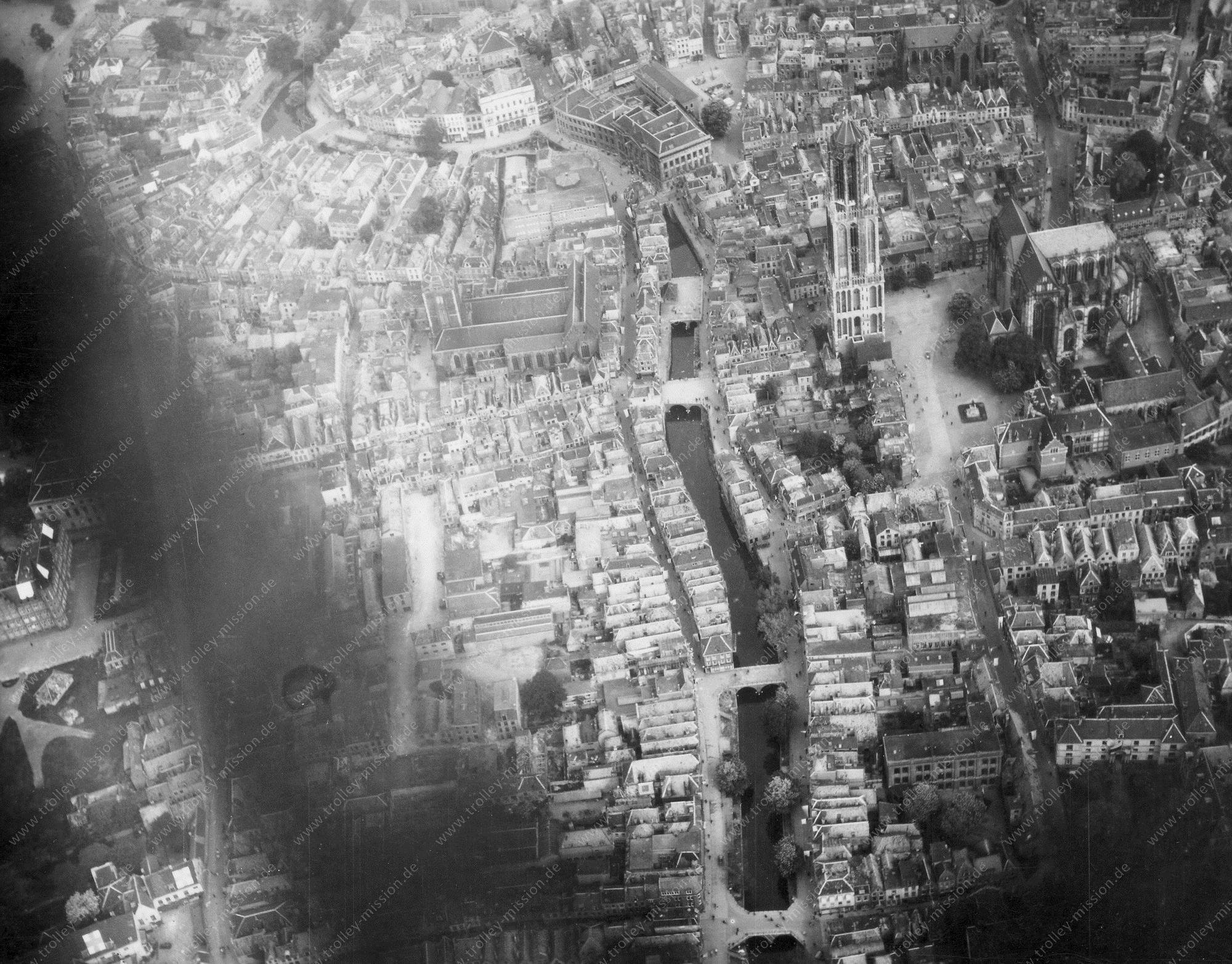 Luchtfoto van Sint-Maarten Kerk of Sint-Maarten Dom in Utrecht 1945