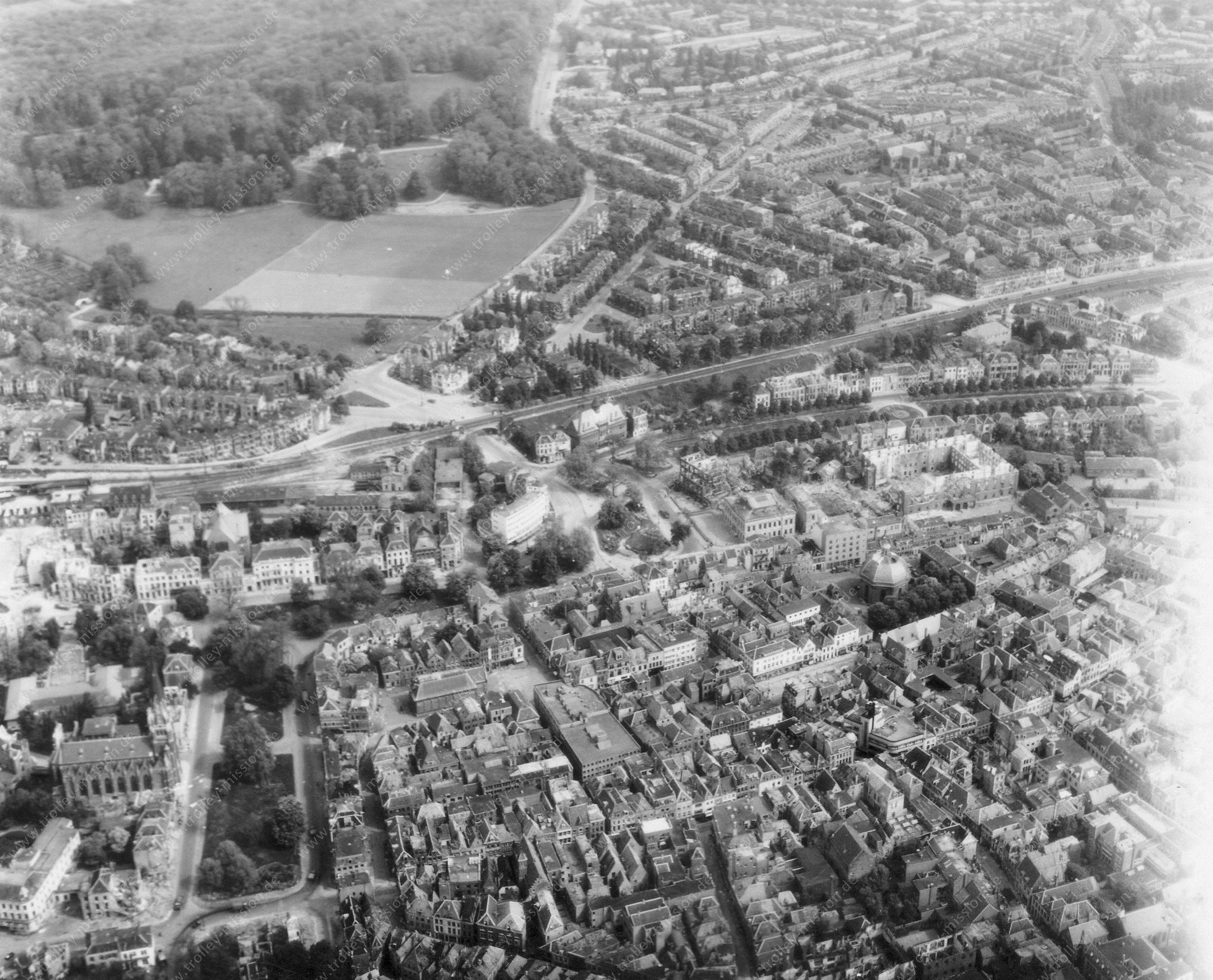 Luchtfoto Arnhem en Willemskazerne met Willemsplein (Gele Rijders Plein) in de Tweede Wereldoorlog