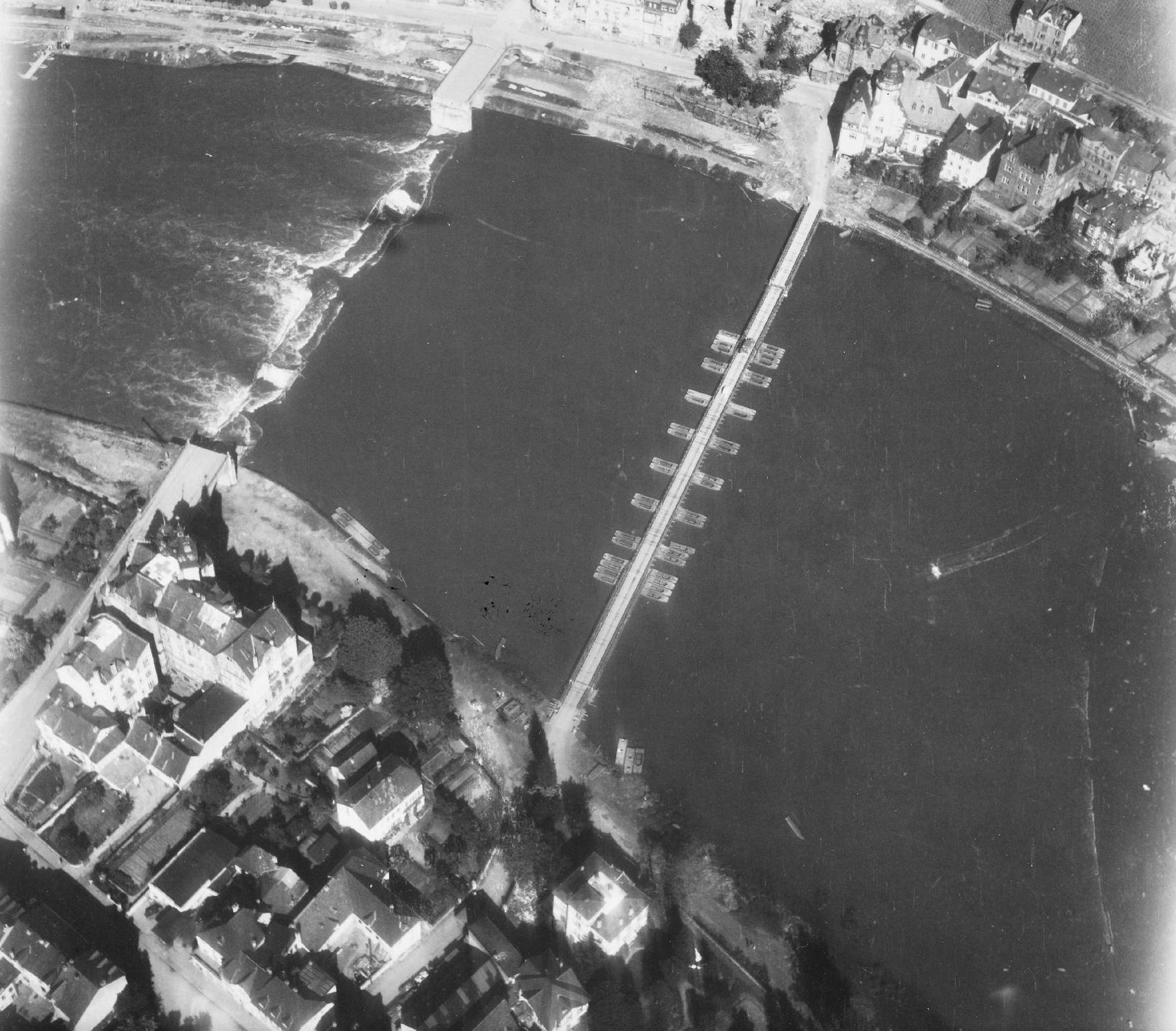 Luftbild von Bernkastel-Kues und der am 11. März 1945 gesprengten Moselbrücke