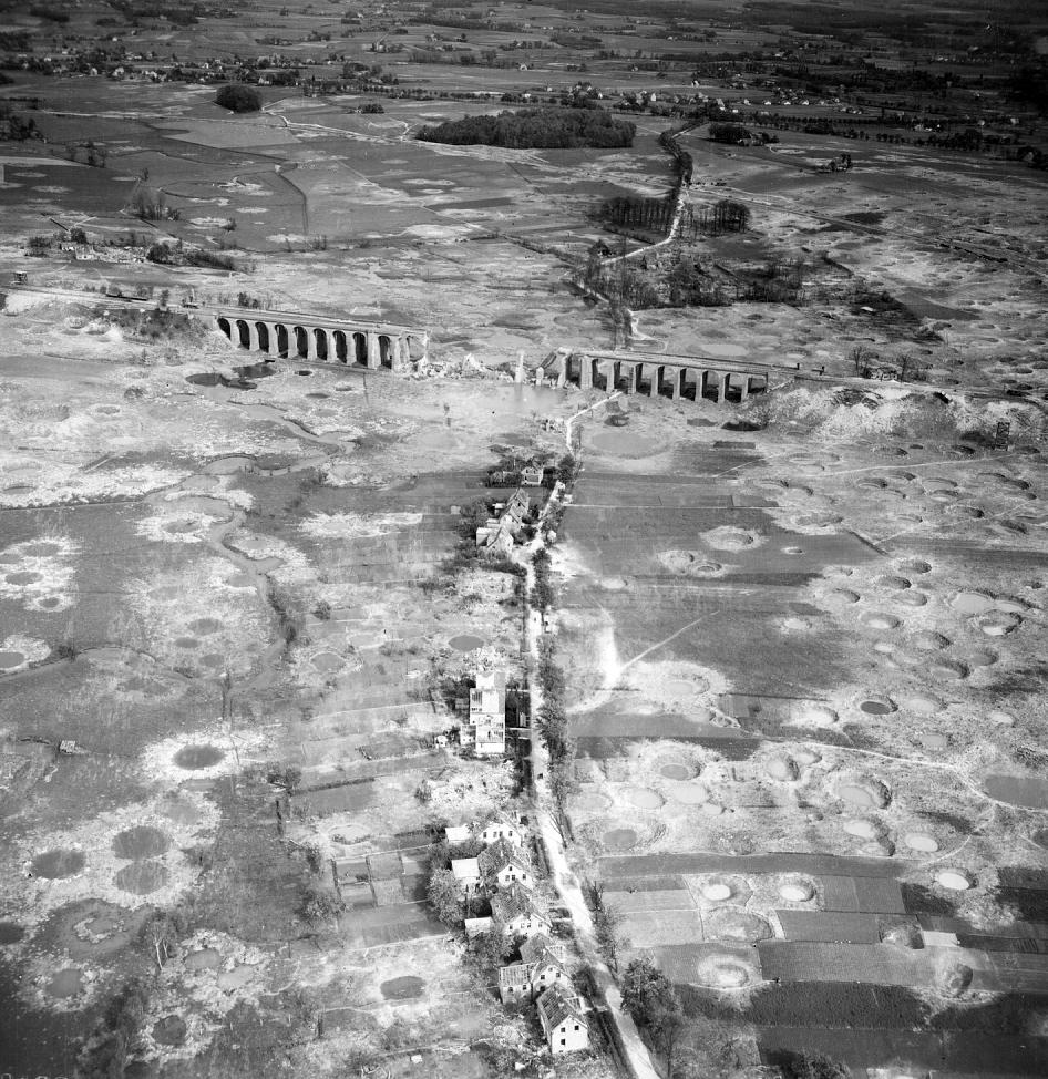 Eisenbahnbrücke im Stadtbezirk Schildesche von Bielefeld nach den Bombenangriffen am 7. Mai 1945