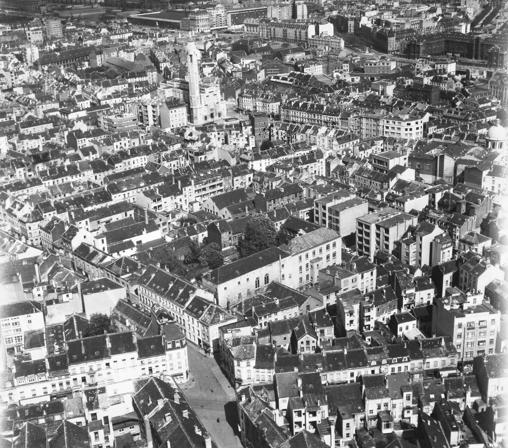 """Luftbild von Brüssel und dem Stadtteil Molenbeek-Saint-Jean mit Blick auf die Kirche Saint-Jean-Baptiste (""""Église Saint-Jean-Baptiste"""" bzw. """"Sint-Jan-de-Doperkerk"""")"""