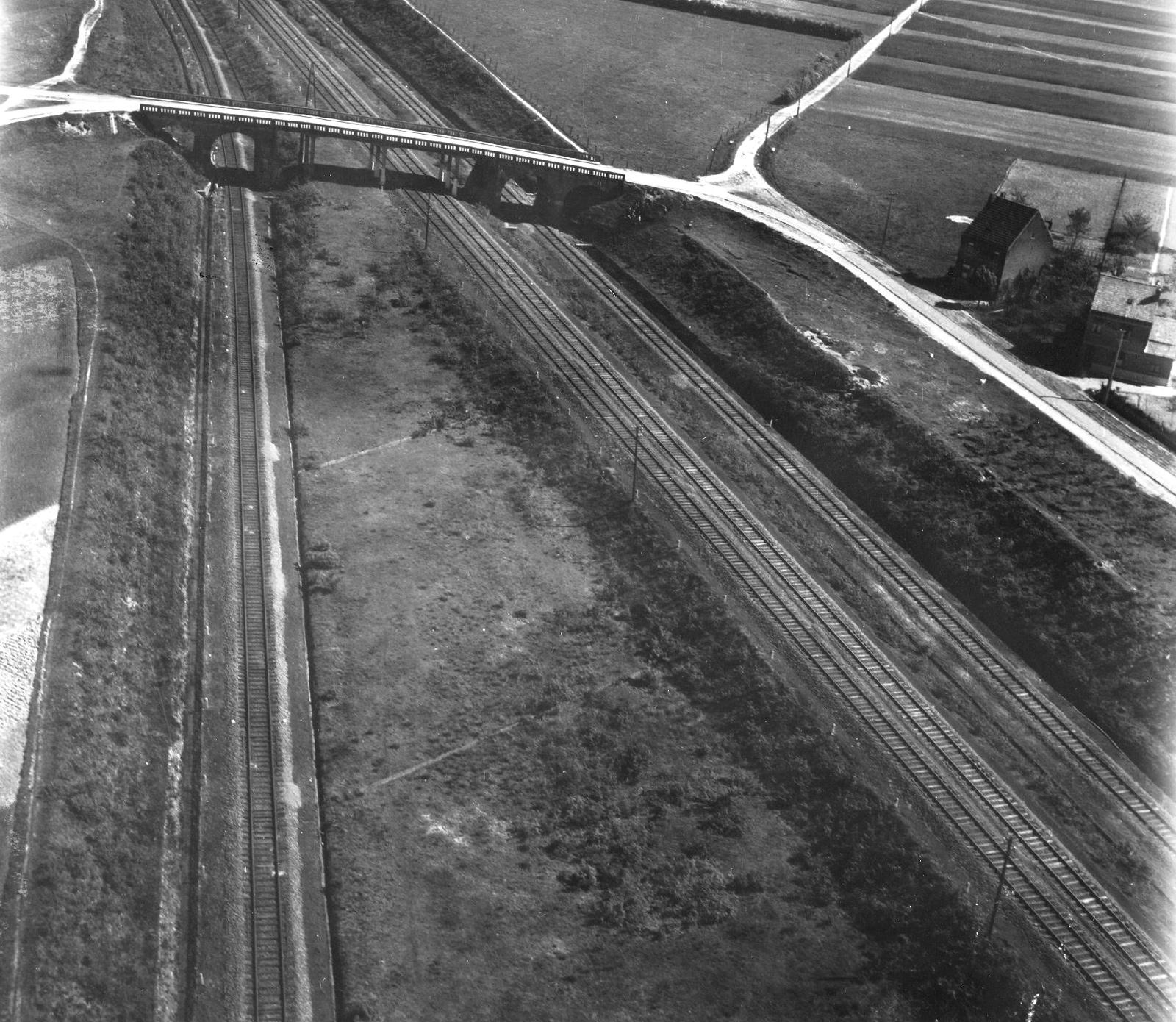 Luchtopname spoorlijn van Aalst naar Brussel in de buurt van Denderleeuw met Muilenstraatbrug