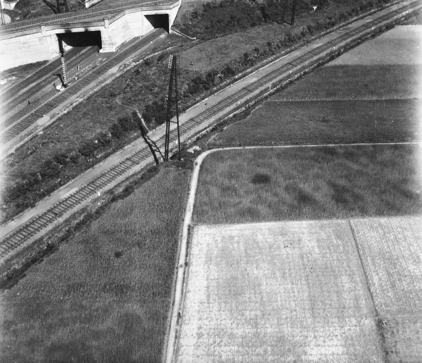Luftbild der Bahnstrecke zwischen den Stationen Liedekerke und Essene-Lombeek bei Denderleeuw (Belgien)