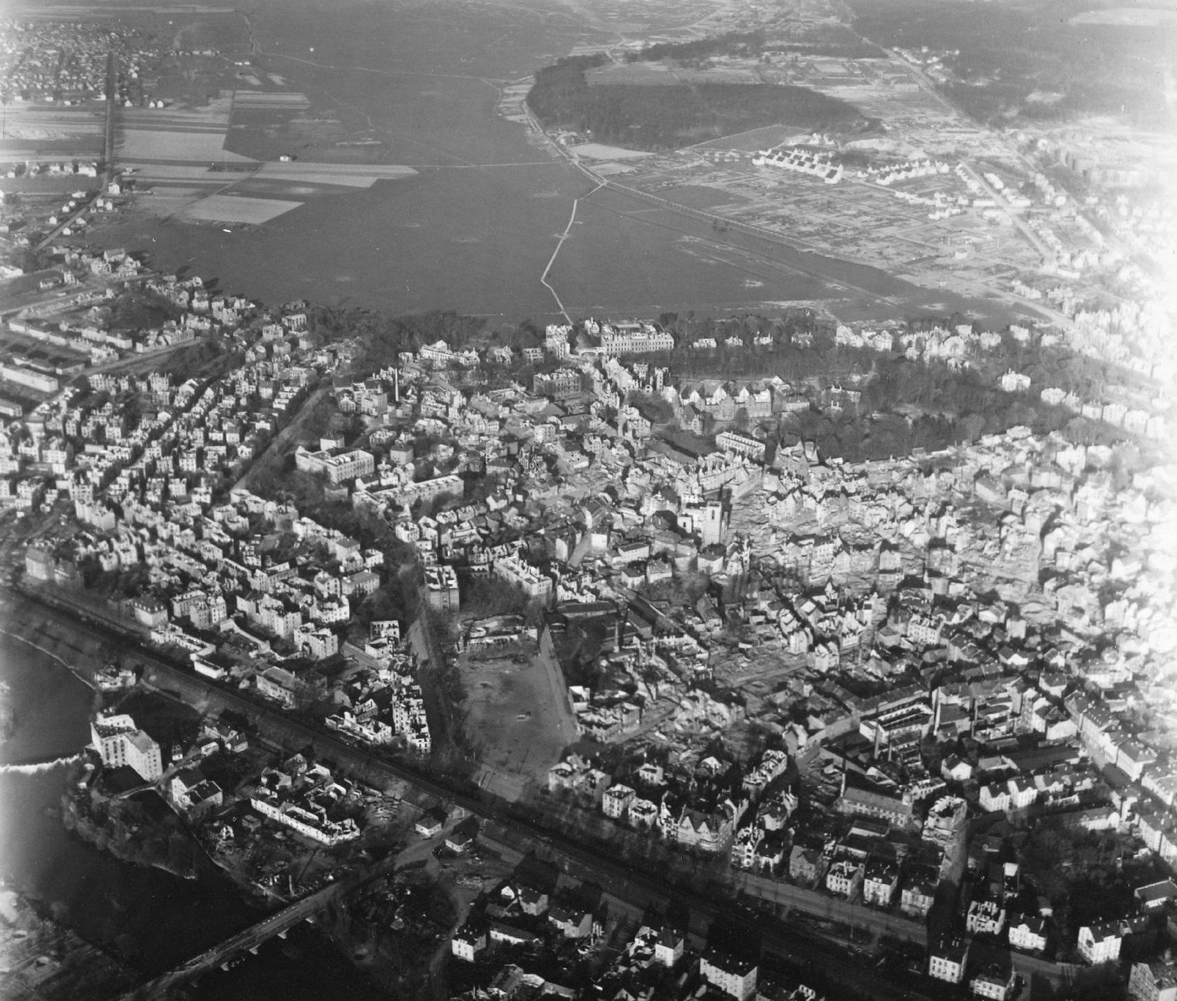 Luftbild von Gießen aus dem Mai 1945: Sachsenhäuser Brücke, Lahn und Kinkels Mühle