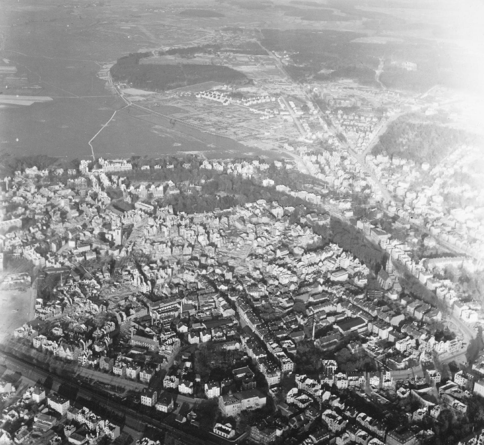 Luftbild von Gießen mit Johanneskirche und Stadttheater aus dem Mai 1945