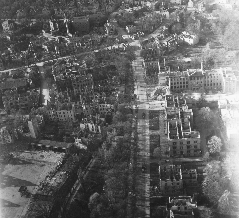 Gießen nach den Weltkriegsbomben im Mai 1945: Luftbild von Landgericht und Amtsgericht sowie Gießener Brauhaus