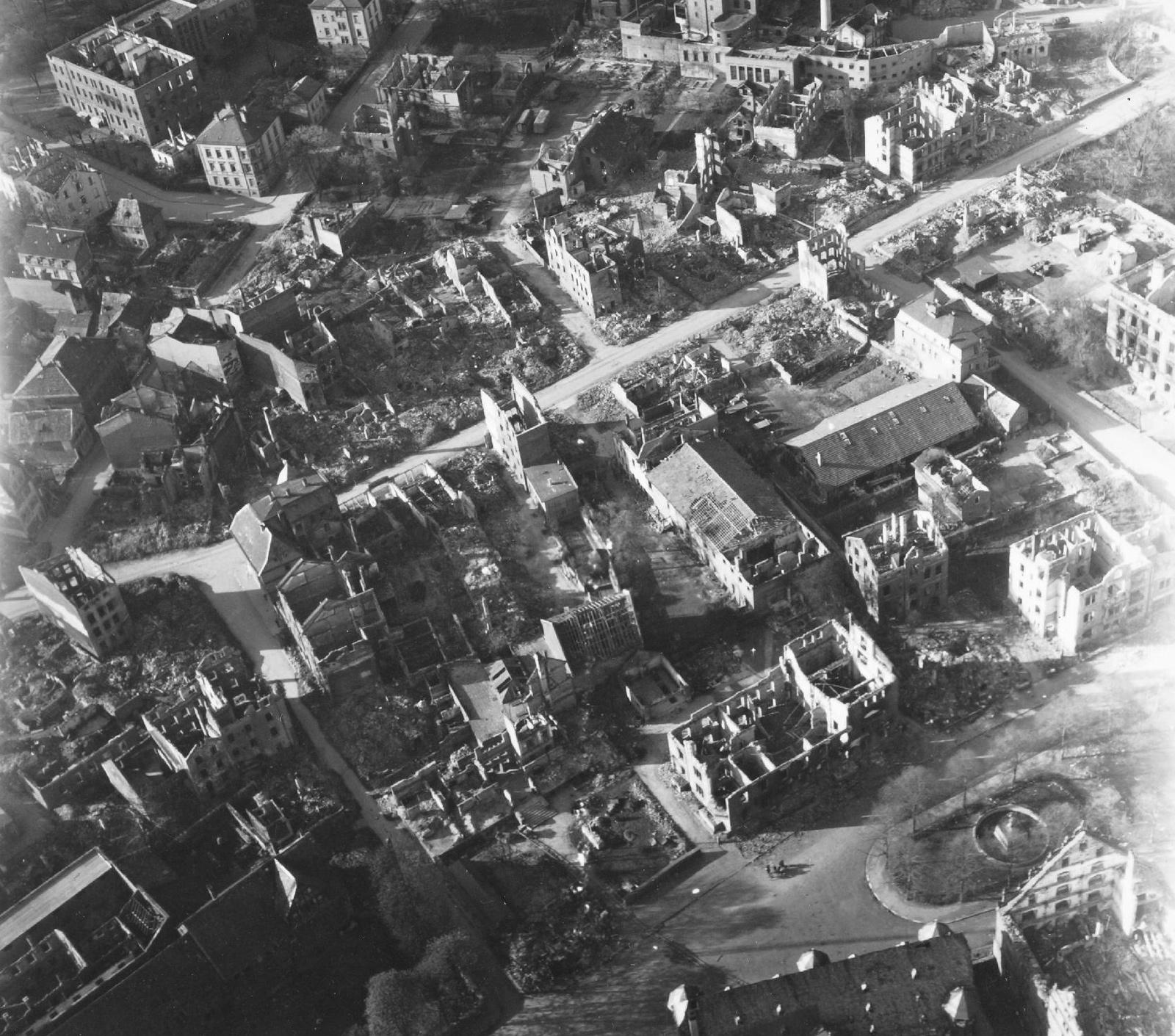 Luftbild von Gießen und seinen Ruinen nach dem Weltkrieg: Landgraf-Philipp-Platz, Brandgasse, Braugasse und Zeughaus im Mai 1945