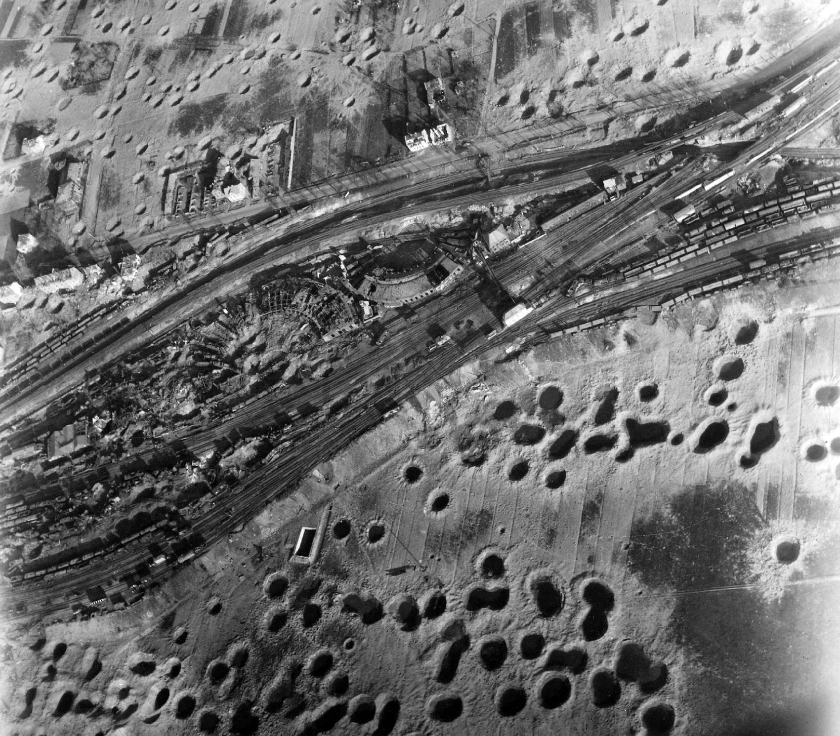Bahnbetriebswerk Gießen an der Frankfurter Straße mit Ringlokschuppen - Luftbild aus dem Zweiten Weltkrieg