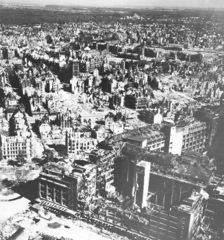 Hannover 1945 - Continental Reifen Werk in der Philipsbornstraße und Lukaskirche in der Dessauerstraße nach dem Zweiten Weltkrieg