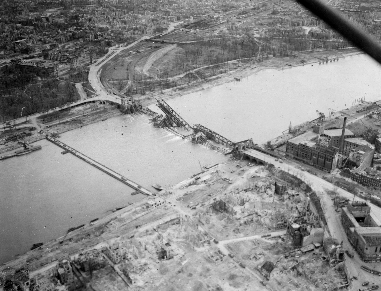 Mannheim 1945 - Luftaufnahme - Barockschloß - Universität - Hauptbahnhof - Rheinbrücke {3}