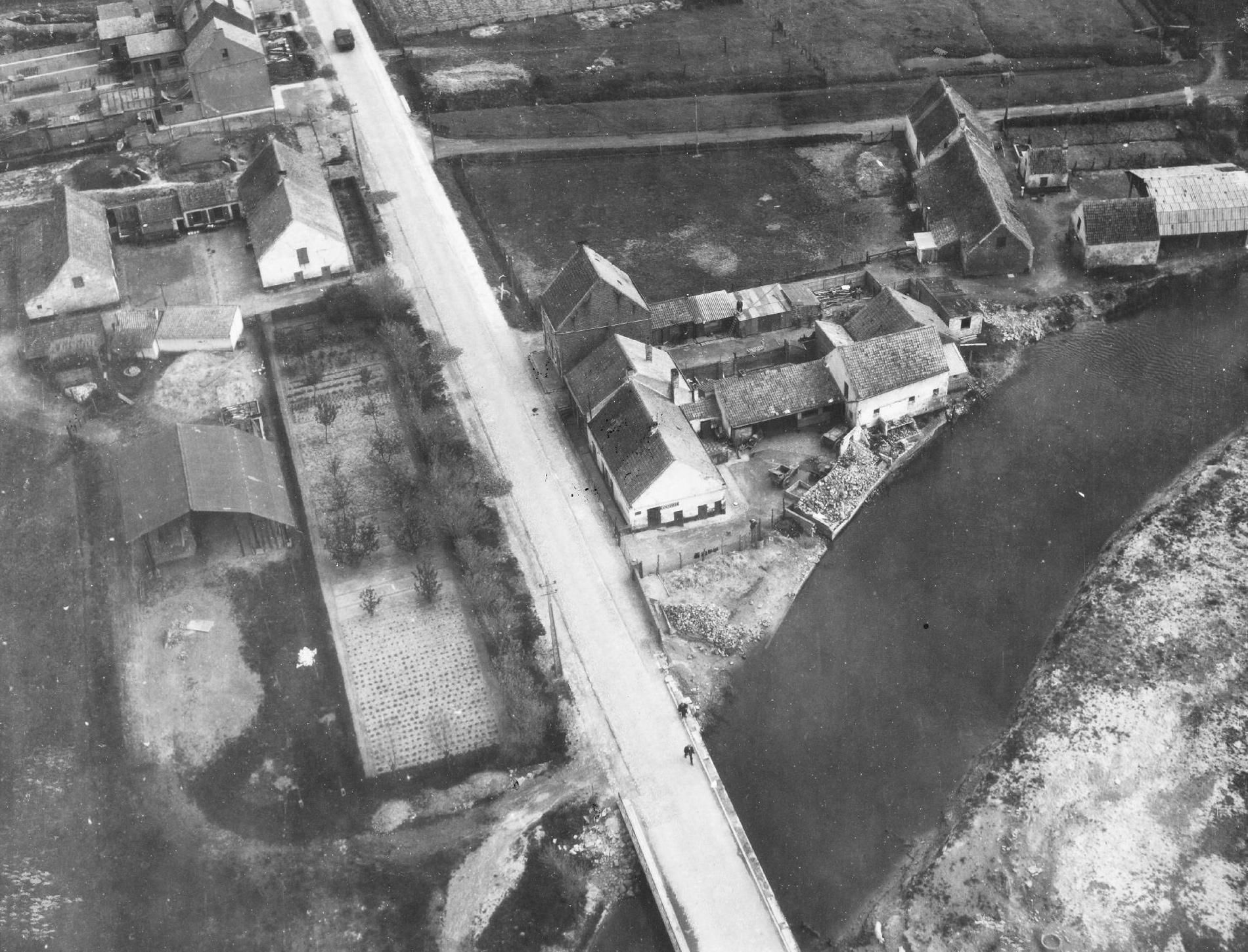 Luchtfoto van de Zandvoordestraat voor de brug over de Gauwelozekreek met tank in Oostende