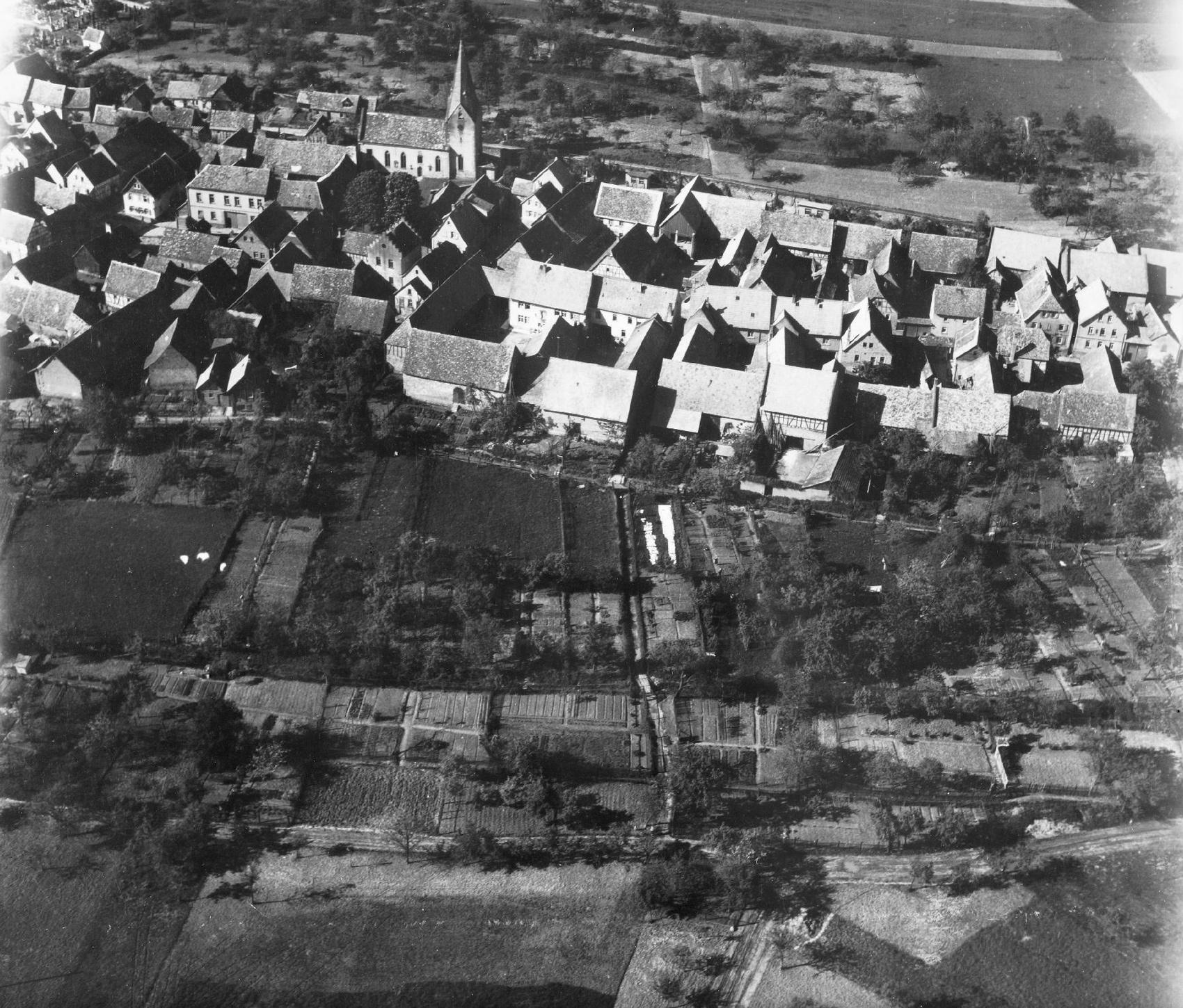 Luftaufnahme von Radheim in der Gemeinde Schaafheim mit Ringstraße sowie Hauptstraße und Laurentius Kirche aus dem Mai 1945